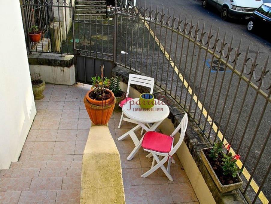 Belle maison de ville avec jardin.  En  rez-de-chaussée un hall d'entrée, séjour-salle à manger donnant sur terrasse, cuisine et salle de bains.   A l´étage 4 chambres à coucher et une salle de bains.