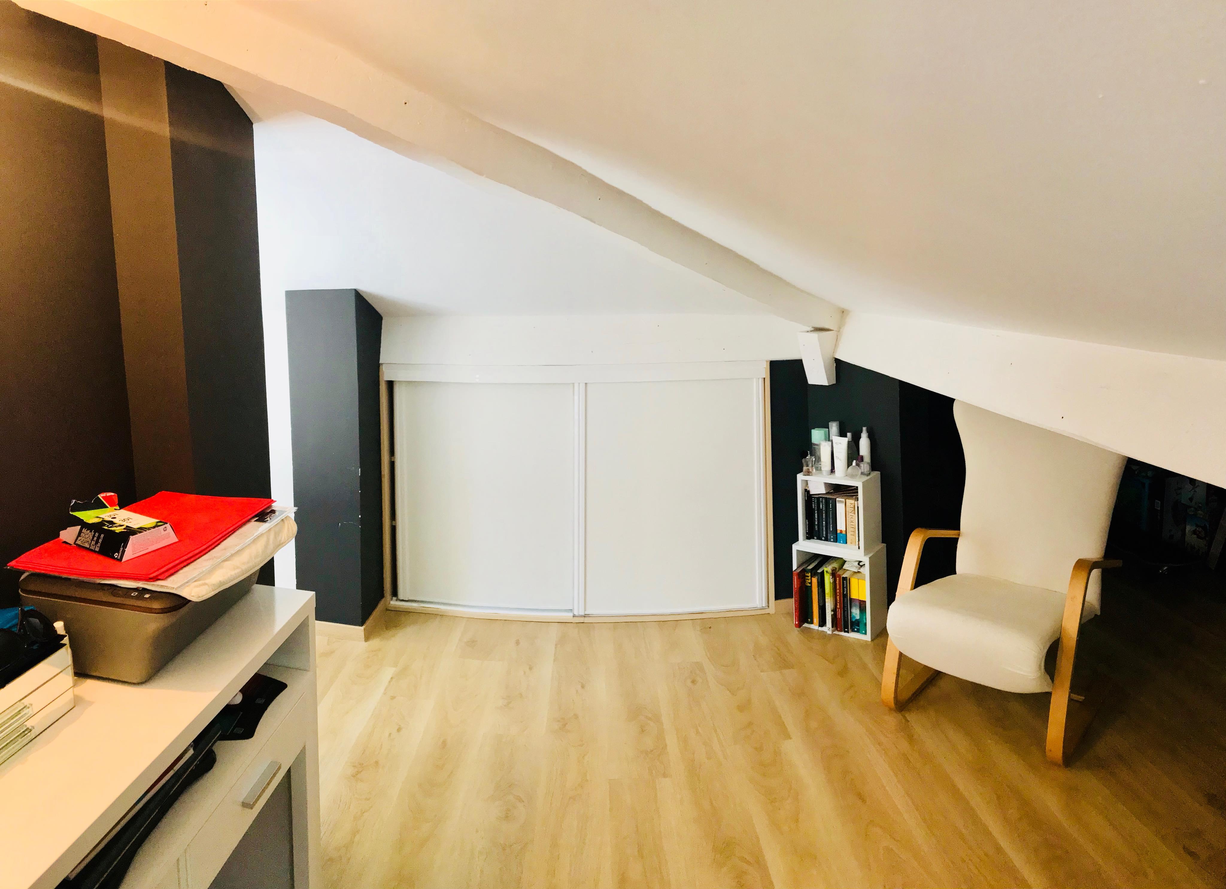 Appartement en duplex, avec parking, situé entre la plage et le centre ville