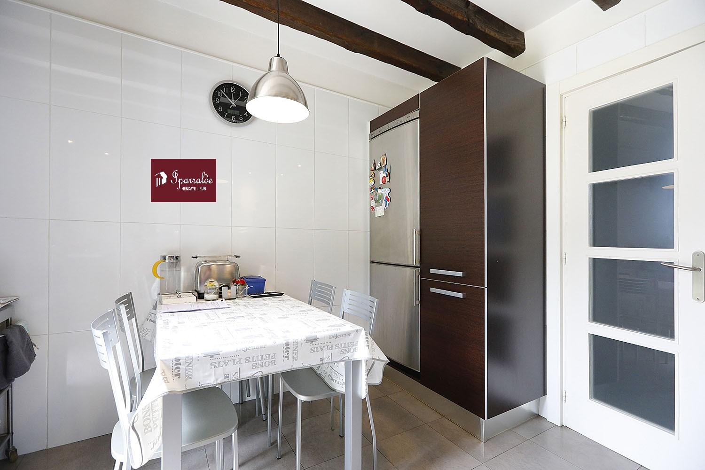 À Hendaye, trouver un nouveau logement à acquérir avec cette Villa Individuelle avec 6 pièces. La maison se compose de 2 bureaux, 4 chambres dont 2 en RDC, un séjour de 35 m2 ainsi qu´une grande cuisine donnant sur Terrasse. La superficie habitable mesure approximativement 180m². Pour tirer pleinement avantage de toutes ces chambres, l'une d'elles peut être utilisée comme bibliothèque. Chose appréciable pour tous les membres de la famille, sa salle de bain numéro 3 réjouira les membres du foyer qui souhaitent faire leur toilette en toute intimité. Le calme du lieu est garanti grâce aux fenêtres à double vitrage. À l'extérieur, vous disposerez d'un jardin occupant une surface de 730m² pour déjeuner en plein air. Le terrain de 1238m² est relativement grand, c'est un véritable espace de jeu pour les enfants. Le domicile s'accompagne d'un garage privatif pour garantir la sécurité de votre voiture. Prix : 739 000 €. Pour ce qui est de l'impôt foncier, le montant est fixé à 1 823 € par an. Ce type d'habitation fera le bonheur d'une famille avec plusieurs enfants. Entrez rapidement en contact avec votre agence immobilière IPARRALDE IMMOBILIER si vous souhaitez plus d'informations.