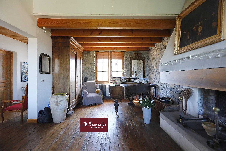 Trouver un nouveau bien immobilier à acquérir avec cette magnifique Maison de Ville divisée en 2 appartements à Hendaye.  Une habitation qui saura satisfaire à coup sûr votre grande famille.  Votre agence IPARRALDE IMMOBILIER est à votre disposition si vous avez des questions. Cette villa mesurant 320m² comprend un espace cuisine et 7 chambres. Aspect important pour votre bien-être, le calme et les belles vues sur la Baie du Txingoudy. Avec 7 chambres, l'une d'elles peut être transformée en dressing. Terrain de belle taille avec ses 1250m². Très proche des commodités et à 7 minutes des Plages. À l'extérieur, vous disposerez d'un jardin occupant une surface de 750m². Le domicile vous fait profiter d'au moins un garage d´environ 80 m2 pour garantir la sécurité de votre voiture. Prix : 750 000 €, soit environ 2 344 € par mètre carré.   Le sous-sol de 80m2 est totalement carrelé et peut très bien être aménagé et constituer un troisième appartement.  Le rez-de-chaussé de la maison est composé d'un appartement de type T4 avec cuisine,salle à manger,salle de bains et toilettes.  L'étage et la mezzanine sont disposés de manière a acceuillir un appartement de 4 chambres avec un coin lecture, une salle de bain, un toilette, une cuisine, salle-à-manger et un salon avec cheminée et plafond cathédrale.  Beaucoup de charme et de possibilités pour cette belle demeure Hendayaise.  Exclusivité IPARRALDE IMMOBILIER.