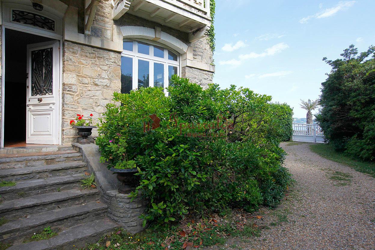 A vendre à Hendaye, Maison avec situation exceptionnelle en 1ère ligne de plage.