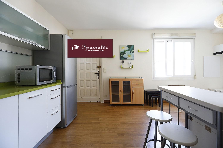 Situé à 5 mns des Plages, placement immobilier de qualité avec un appartement en trés bon état.