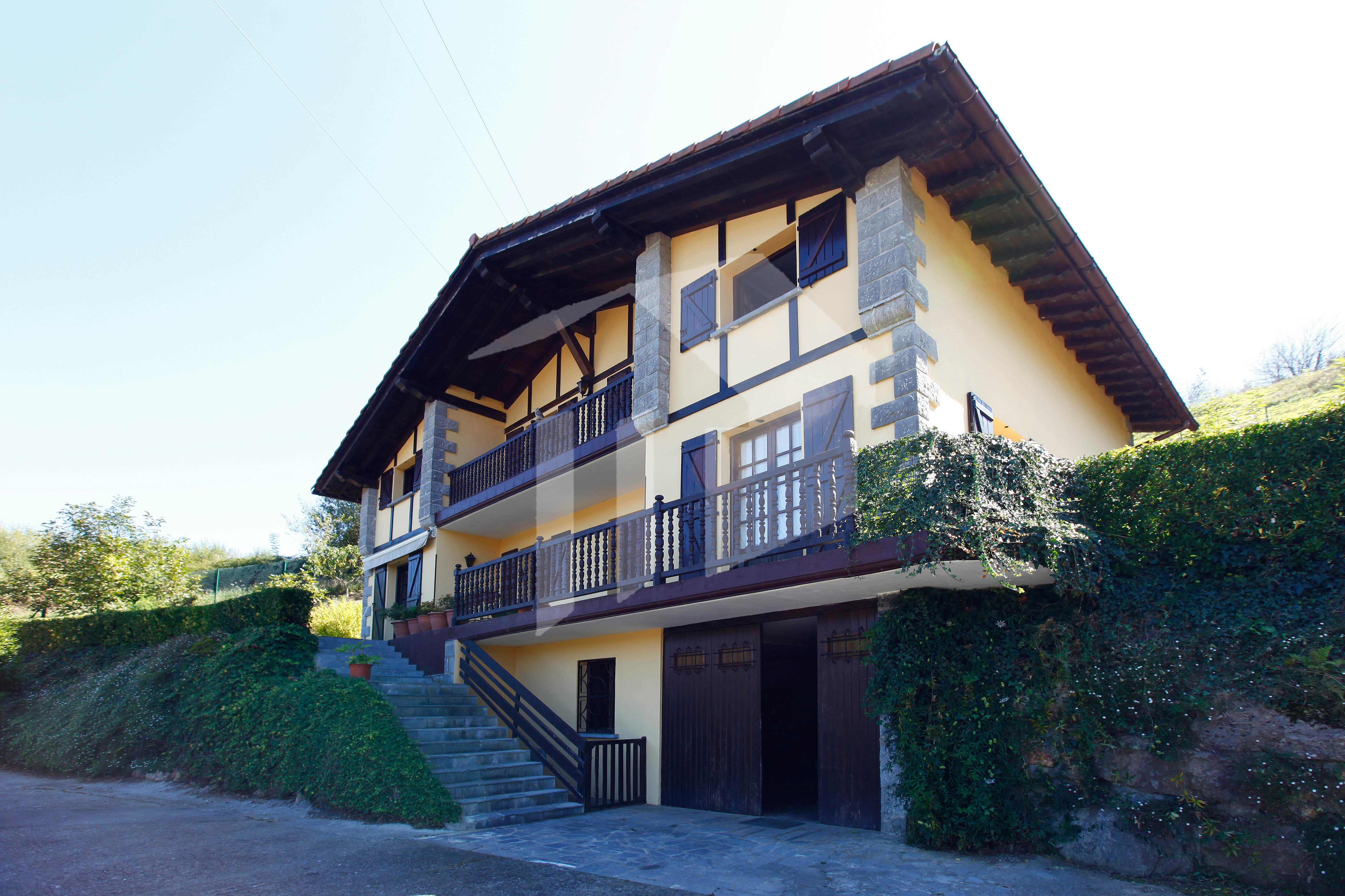 Splendide Villa Individuelle T6 de style basque avec une sufarce habitable de 239 m2, située au nord de la Navarre.