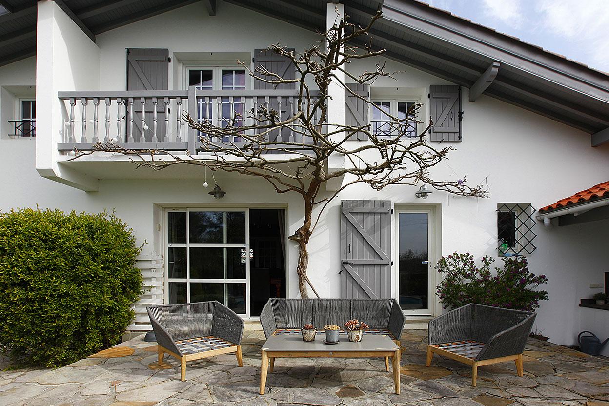 Splendide maison individuelle T6, proche de la plage avec jardin plat et piscine privée.