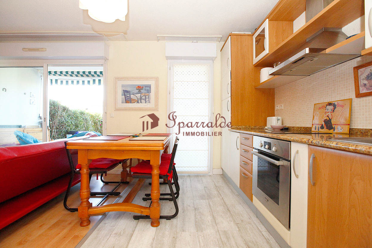 Joli appartement type T2 avec jardin privatif dans résidence prisée avec piscine.