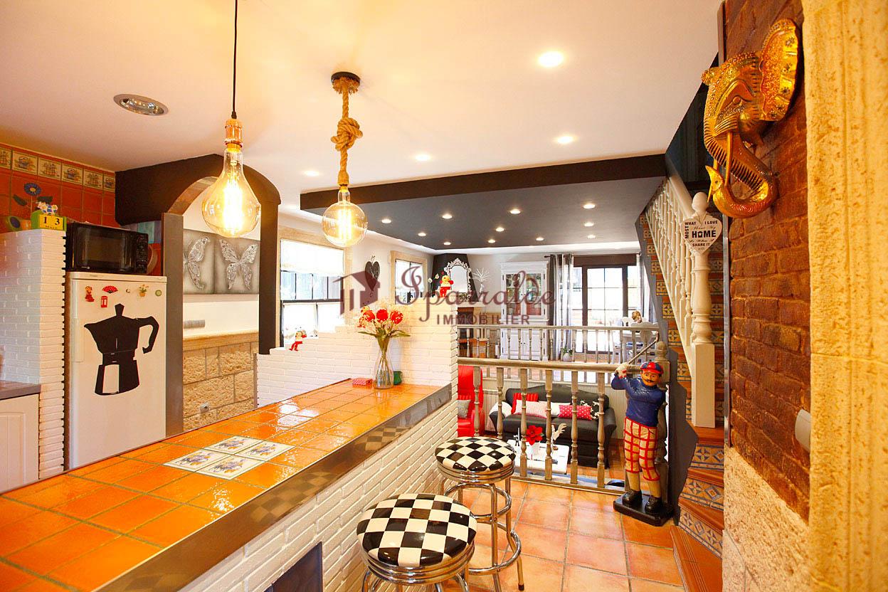 A vendre belle maison mitoyenne idélaement située dans quartier recherché.