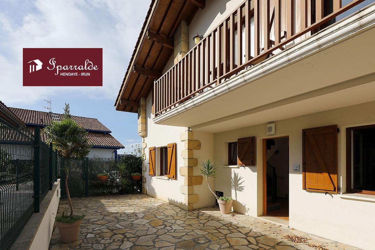Dans une maison de style Basque de 2004, splendide ensemble immobilier de 186,17 m2 dont 143,45 m2 Loi Carrez à Hendaye Plage (64)