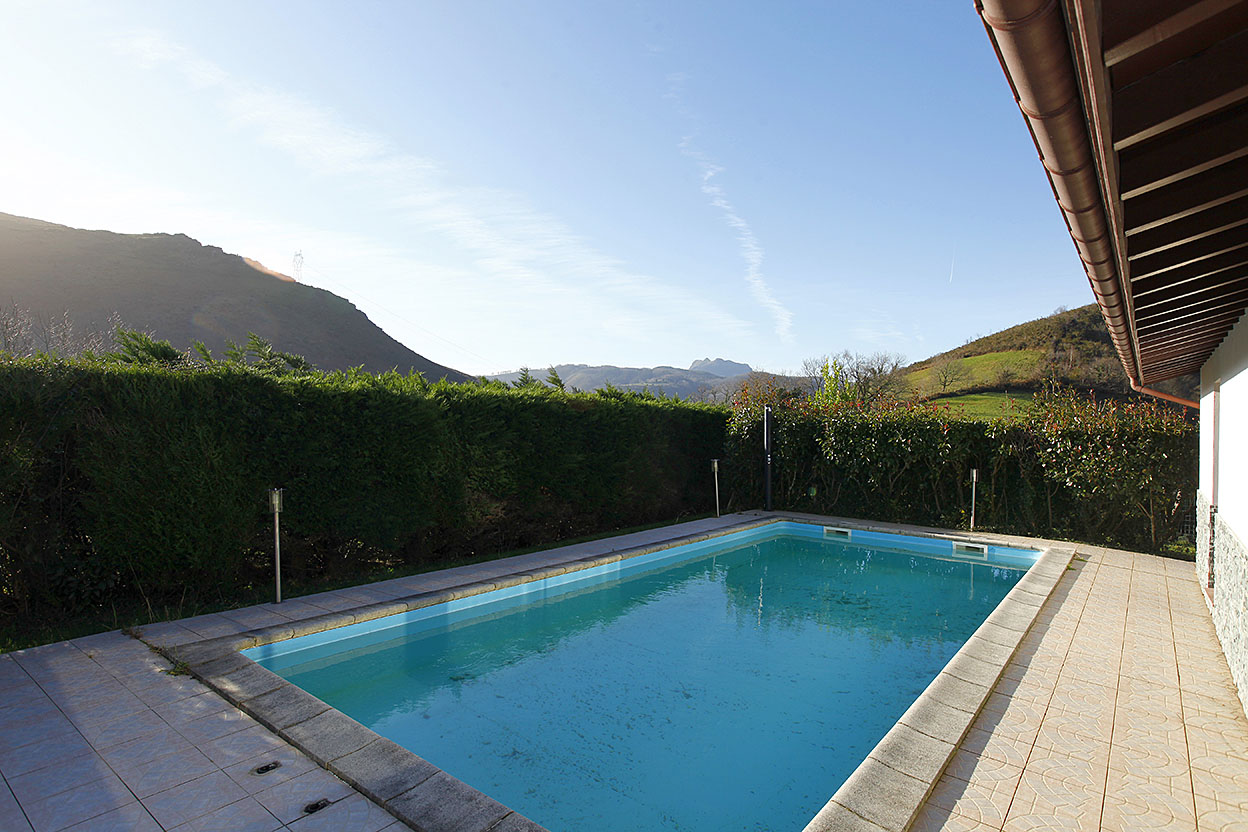Belle maison dans cadre bucolique avec 1.000 m2 de terrain et piscine privée.