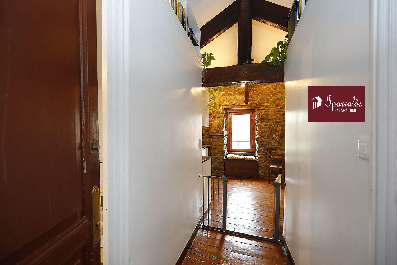 Dans la commune de Hendaye, devenir propriétaire immobilier avec un appartement de caractère F3. Cet appartement est au 3ème et dernier niveau. Construit en 1910. Bon choix pour un jeune couple souhaitant investir à un prix accessible. Pour plus d'informations, vous pouvez contacter votre agence IPARRALDE IMMOBILIER. Le bien comprend 2 chambres, une salle de bain et un espace cuisine. Sa surface habitable totalise 39.64m² en loi Carrez. Le double vitrage assure le calme du lieu. Le domicile s'accompagne d'un espace de stockage à la cave. Le prix est de 169 900 euros.  Les plages se trouvent à 5 minutes en voiture. N'hésiter pas à nous contacter pour plus de renseignements.
