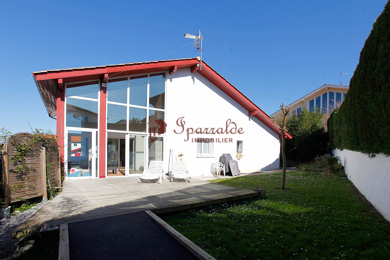 Maison individuelle de style basque située proche des commerces.  Construction récente de standing, maison cossue.