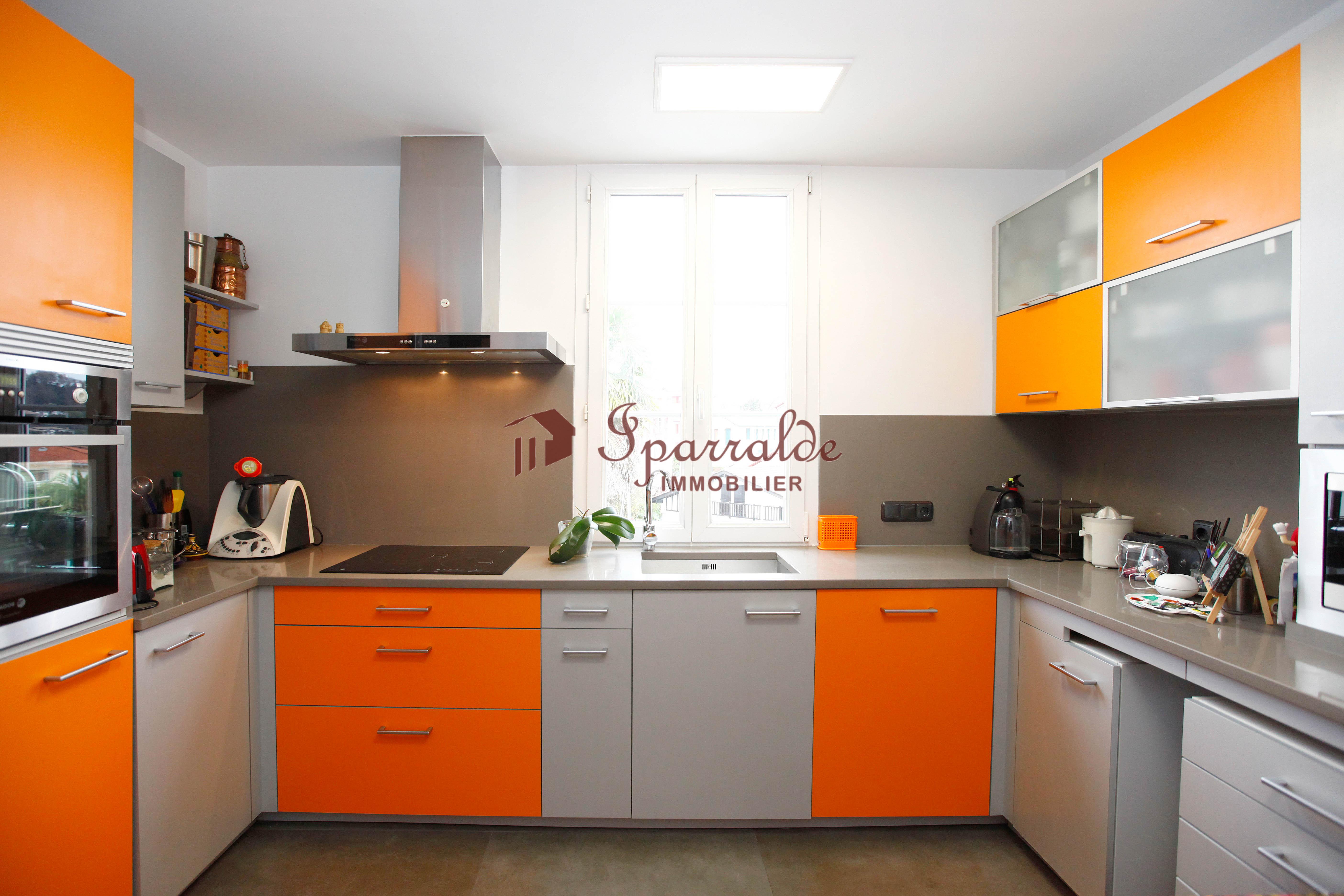 Bel appartement  T4 en duplex de 78 m2 + 36m2 hors loi Carrez situé dans le centre historique d'Hendaye!