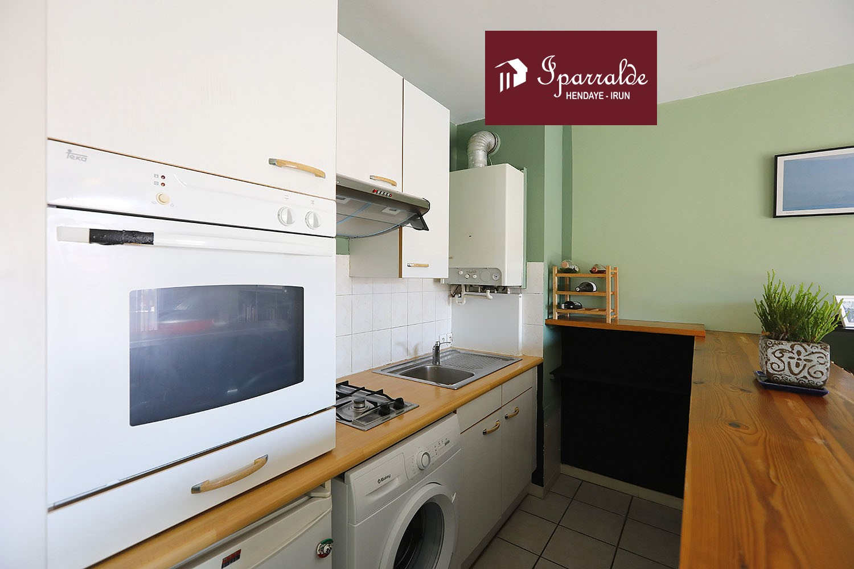 À Hendaye, devenez propriétaire de cet appartement traversant doté d'une chambre double et d´une belle Terrasse.