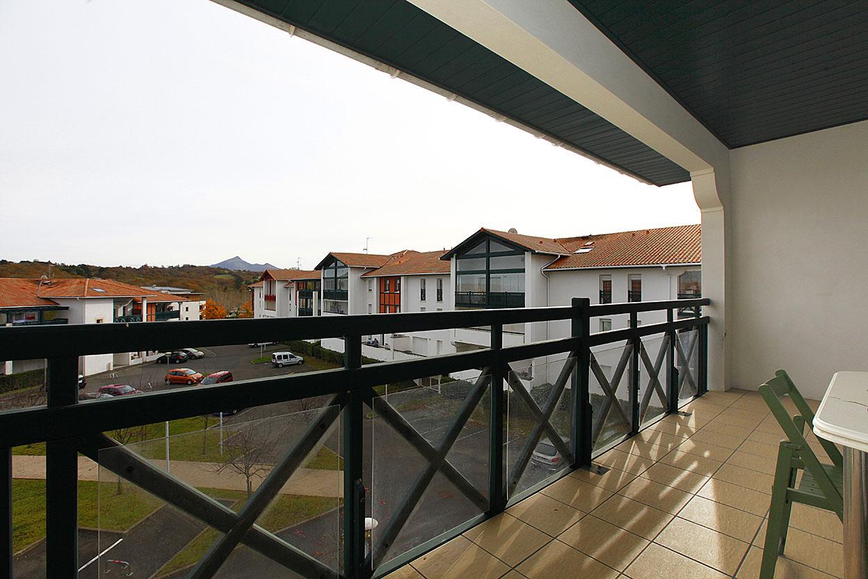 Vente d' appartement de type T3 avec belle terrasse avec vue dégagée et garage boxé.