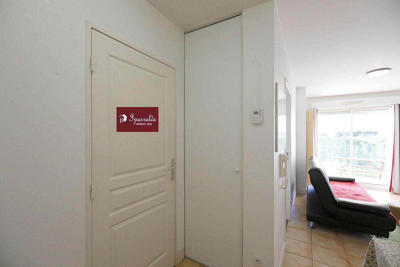 Nous vous proposons de vous accompagner pour l'achat d'un appartement de type F2 en Rez de Jardin avec une belle Terrasse, dans la commune de Hendaye. Dans 33.55m², l'intérieur est constitué d'une chambre, une salle de bain, un coin salon de 19m² et un espace cuisine. La construction remonte à 2005. Les Plages se trouvent à 5 minutes. Cet appartement vous fait bénéficier d'un espace de stockage en sous-sol. Le calme du lieu est assuré grâce aux fenêtres à double vitrage. La propriété donne accès à un parking. Le prix de vente proposé par votre agence immobilière IPARRALDE IMMOBILIER s'élève à 155 000 euros. Si vous êtes à la recherche d'un premier bien immobilier à acquérir, n'hésitez pas à venir voir ce logement. Contactez dès à présent votre agence IPARRALDE IMMOBILIER pour plus d'informations.
