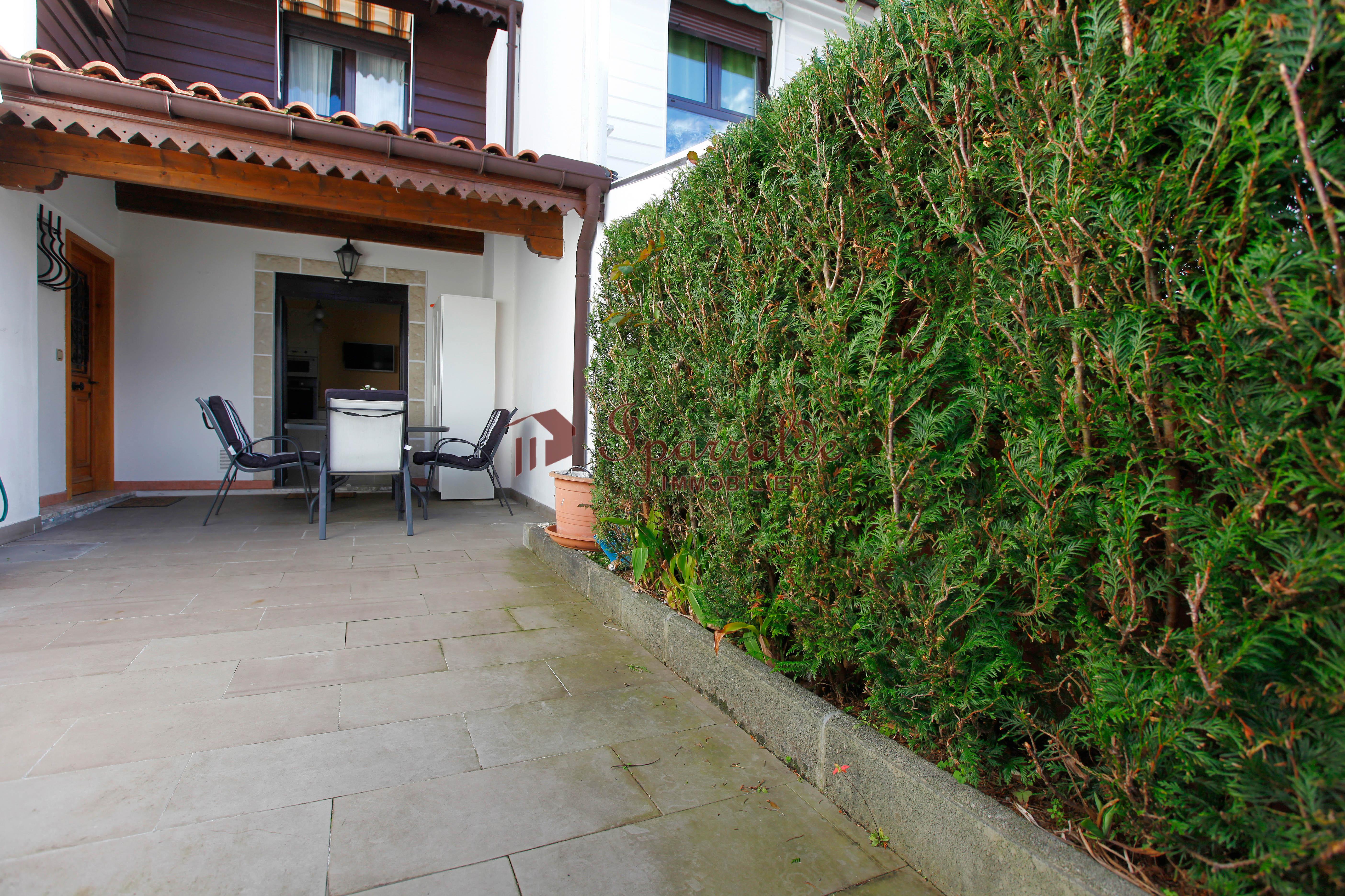 A vendre belle maison mitoyenne à Hendaye équipée de 3 chambres, g...