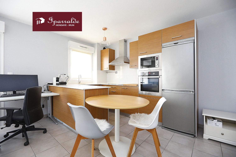 Achetez à Hendaye (64700) ce joli T2 avec Terrasse, parking au sous-sol  dans une résidence récente. Il est composé d´un agréable espace séjour cuisine donnant sur la Terrasse avec des belles vues, chambre double avec placard et salle d´eau.  Avec une surface habitable de 38 m2 + Terrasse.  Il est situé au Centre Ville très proches des commodités et des transports en commun. À 2km des Plages d´Hendaye.  N´hésitez à contacter votre Agence IPARRALDE IMMOBILIER pour ce bien en Exclusivité !!