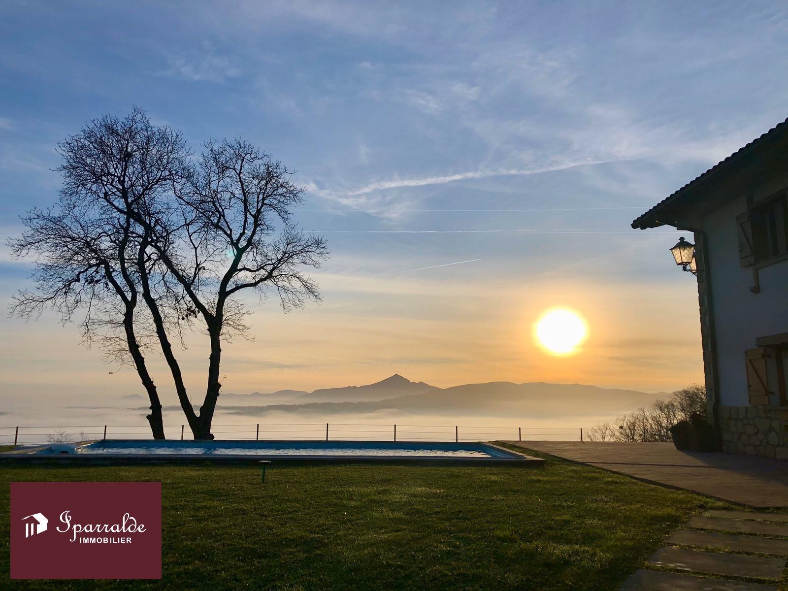Fontarrabie: Maison T5 mitoyenne de 253,89m2 sur 7.000 m2 de terrain, avec des vues imprenables.