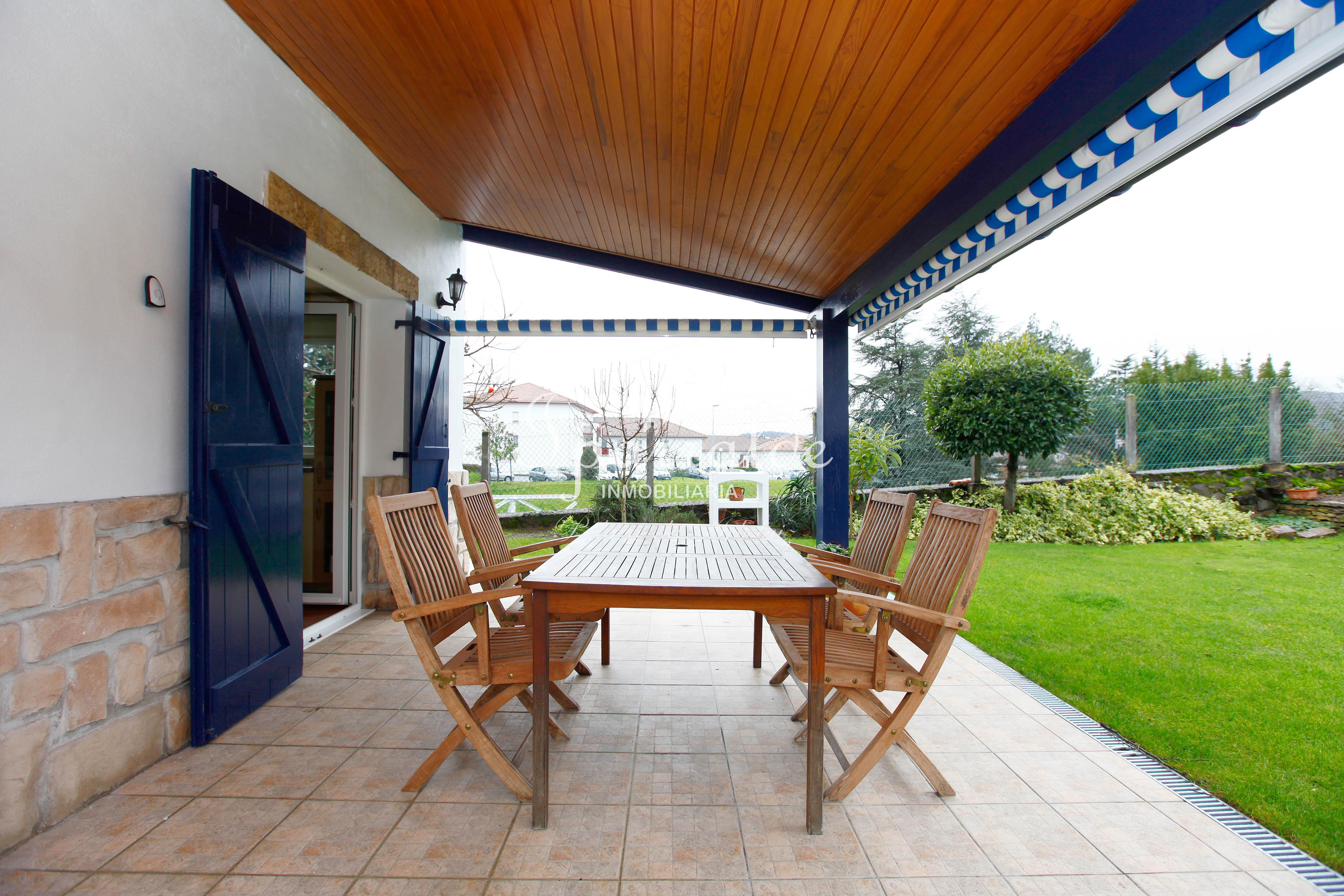 Maison individuelle de style basque située proche des commerces.  Co...