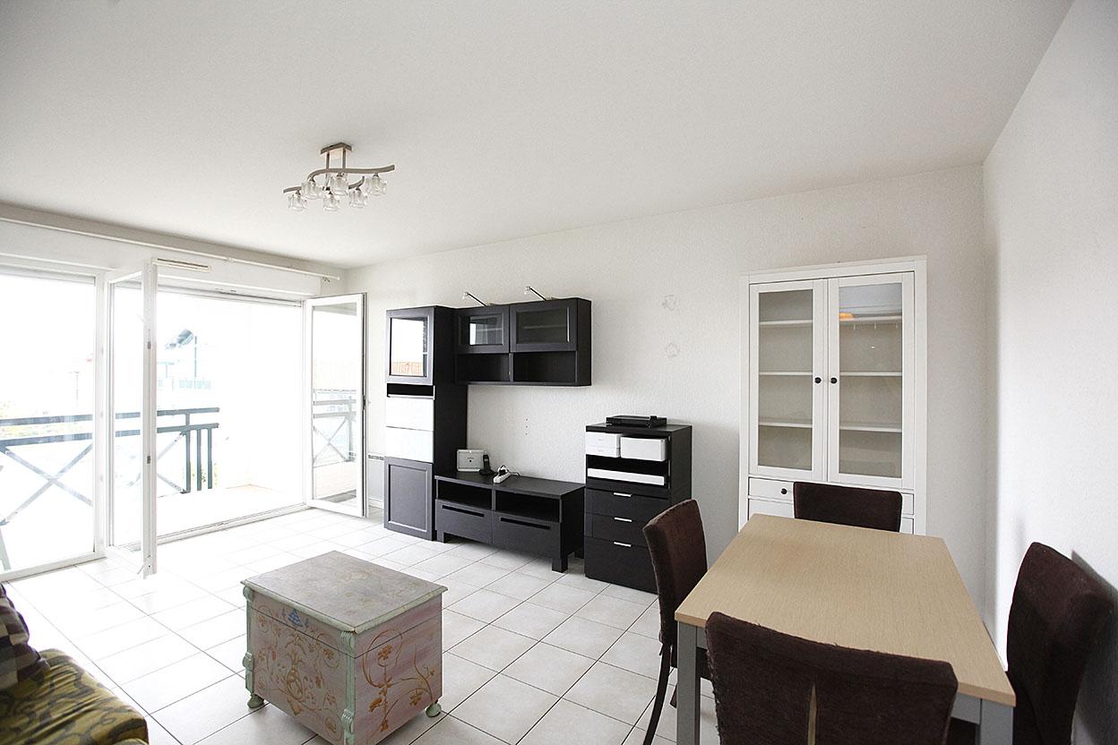Vente d' appartement de type T3 avec belle terrasse et garage boxé.