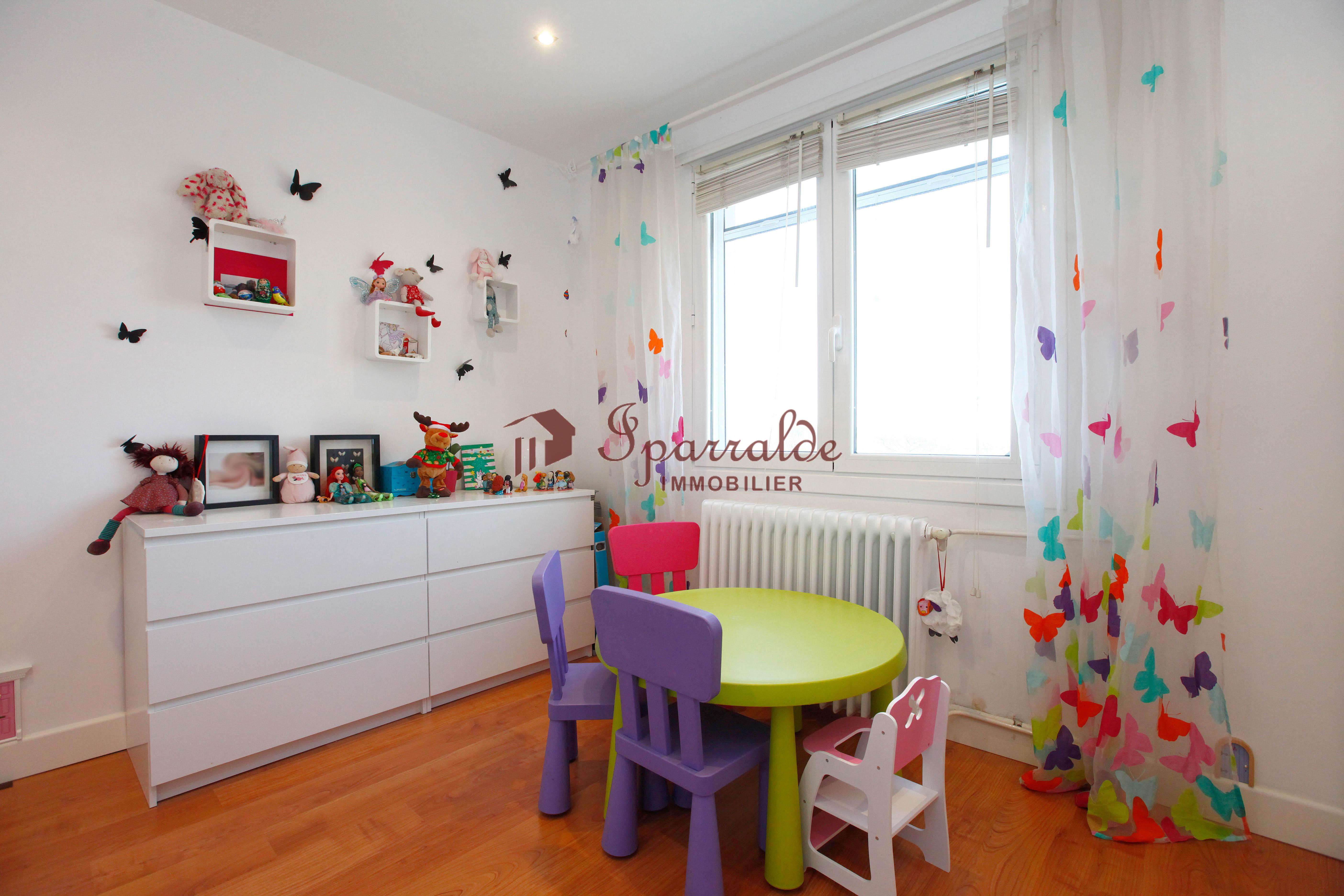 En vente joli appartement de type T4 situé au quartier de Lissardy, au calme, dans petite copropriété à proximité de la plage.
