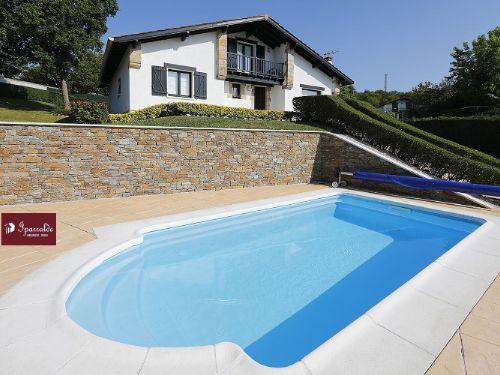 À Hendaye, trouvez un nouveau logement à acquérir avec cette Villa Individuelle de style Basque avec 6 pièces avec Jardin, Terrasse et Piscine.
