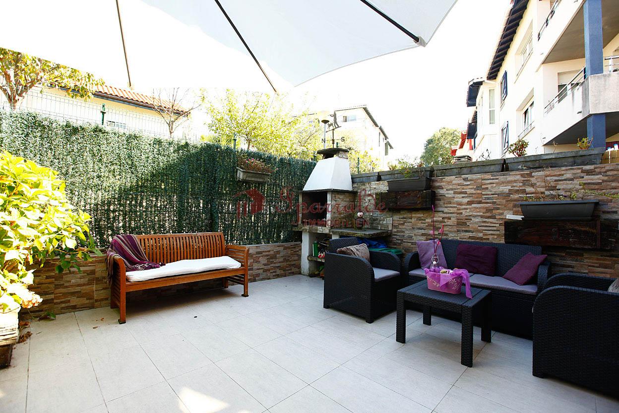 Joli maison mitoyenne en excellant état équipée de trois chambres, terrasse et double garage boxé.