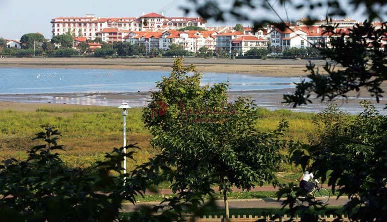 Joli appartement type T3 composé trois terrasses et double garage. Proche de toutes commodités: centre-ville et baie de Txingudi.